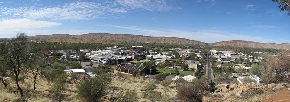 Alice Springs, une ville cœur des terres, dans la porte de l'outback