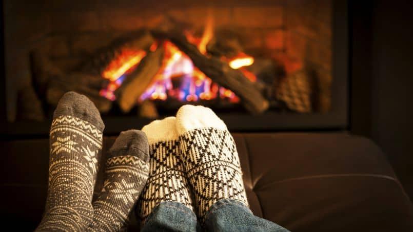Feu de cheminée et chaussettes