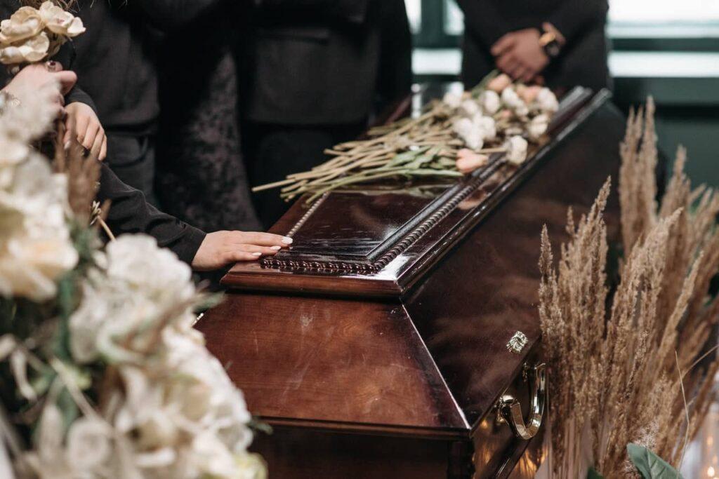 Pompes funèbres : les prestations obligatoires